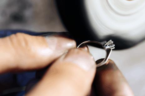איך מנקים תכשיטי יהלומים וטבעות אירוסין?