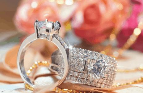 הטרנד החדש של טבעת אירוסין עם חריטת השם