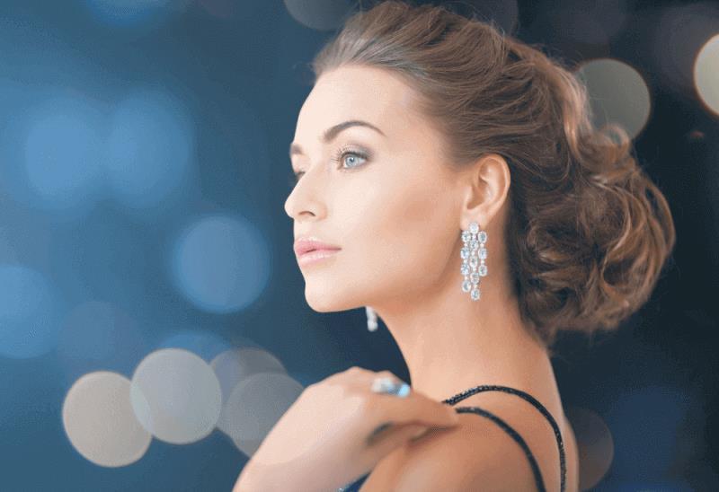 דוגמנית עם טבעת ועגילי יהלומים